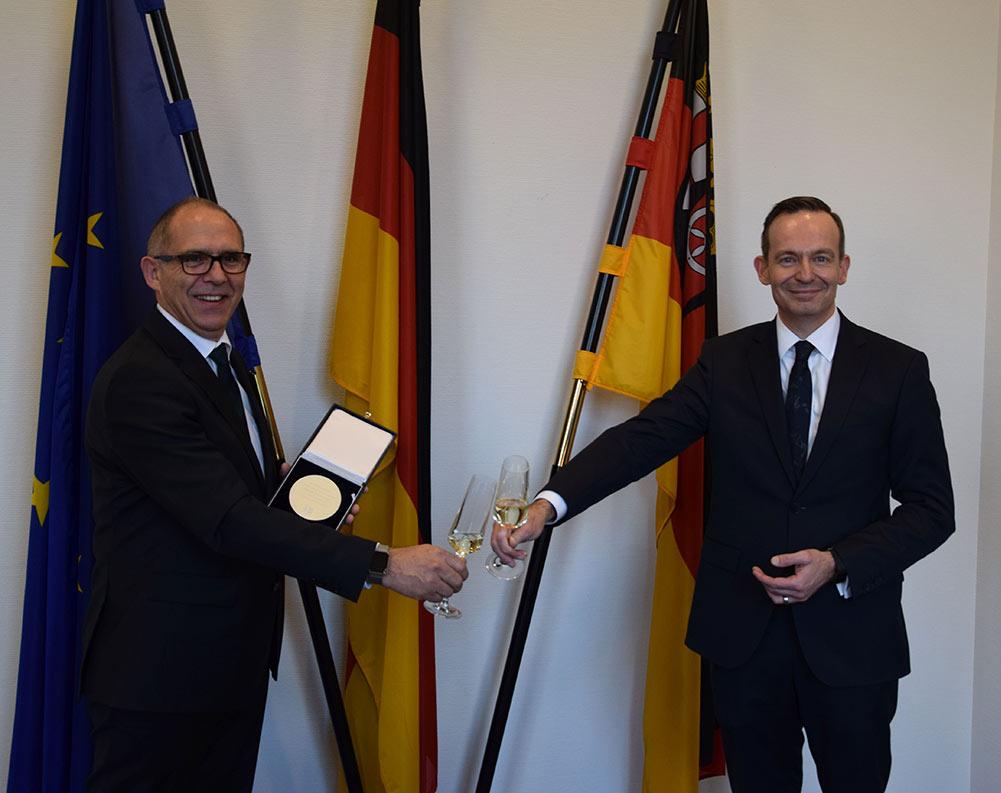 Wirtschaftsminister Dr. Volker Wissing verleiht Wirtschaftsmedaille an Matthias Kuhl